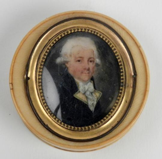 Ivory box showing a noble man, end XVIIth, beginning XIXth