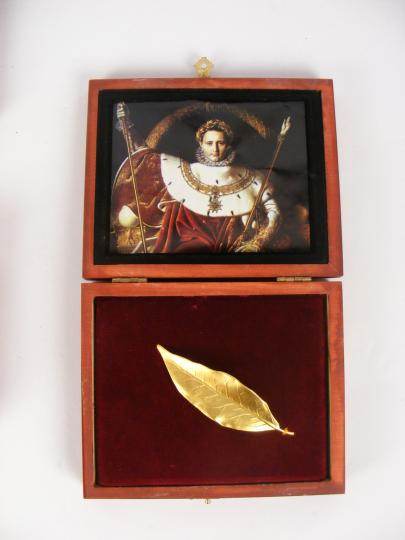 Less than 625 000 €, copy of laurel oak leave of coronation crown, in a box