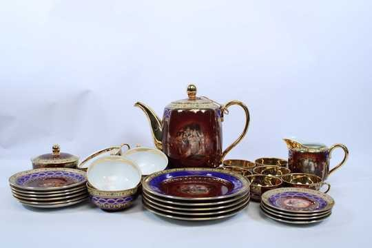 Tee/coffee cups + coffee/tee pot and all assorted plates, mainly on napoleonic thema
